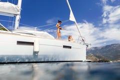 乘快艇的女孩和照片海巡航假期 库存照片