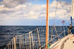 乘快艇的游艇风船航行在波罗的海 免版税库存照片