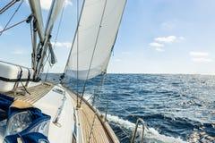 乘快艇风帆在大西洋在晴天巡航 库存照片