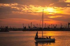乘快艇风帆在瓦尔纳港口在日落 免版税库存照片