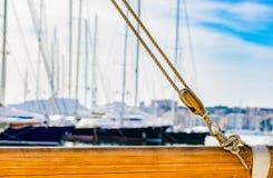 乘快艇,装配在木帆柱的滑轮船舶绳索 免版税图库摄影