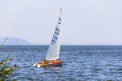 乘快艇 在风帆下的一条小游艇在水库 免版税图库摄影