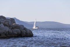 乘快艇 在风帆下的一条小游艇在水库 库存照片