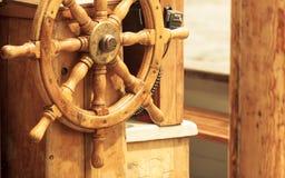 乘快艇 船木方向盘 风船细节 免版税库存照片