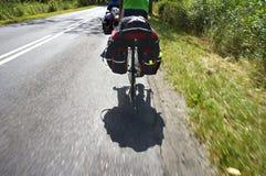 乘有朋友的自行车旅行,在自行车的一次长的旅行有货物的,被装载的自行车 库存图片