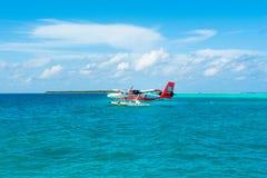 乘水上飞机在印度洋的透明的绿松石水中 免版税图库摄影