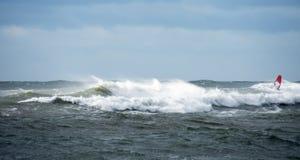 乘波浪的孤立风冲浪者 图库摄影
