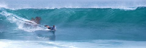 乘波浪的Bodyboarder在拉古纳海滩,加州 库存图片