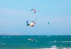 乘波浪的Kitesurfers 图库摄影