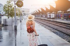 乘火车,有等待在平台的行李的妇女旅行 免版税库存图片