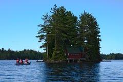 乘独木舟到海岛 库存图片