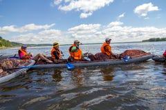 乘独木舟在卡玛河, Doksha区,俄罗斯- 07 06 2014年:社论 库存图片