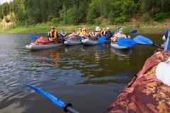 乘独木舟在卡玛河, Doksha区,俄罗斯- 07 06 2014年:社论 免版税库存照片