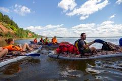 乘独木舟在卡玛河, Doksha区,俄罗斯- 07 06 2014年:社论 免版税图库摄影