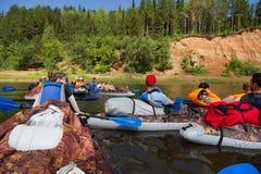 乘独木舟在卡玛河, Doksha区,俄罗斯- 07 06 2014年:社论 库存照片