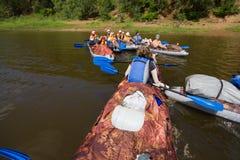 乘独木舟在卡玛河, Doksha区,俄罗斯- 07 06 2014年:社论 免版税库存图片