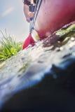 乘独木舟在夏日的妇女 免版税库存照片