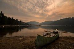 乘独木舟在岸在Pinecrest湖在加利福尼亚 免版税库存图片