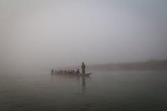 乘独木舟在早晨薄雾的, Chitwan国家公园,尼泊尔河 库存图片