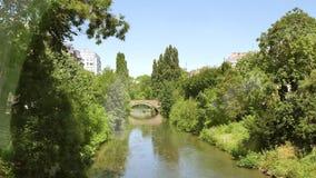乘独木舟在法国城市河史特拉斯堡的朋友 影视素材