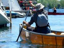 乘独木舟在海岛附近的安大略湖在明亮的夏日 库存图片