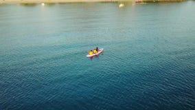 乘独木舟在海的人空中风景  股票视频