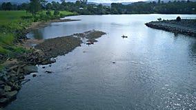乘独木舟在湖上部coomera戈尔德比尤特昆士兰澳大利亚 图库摄影