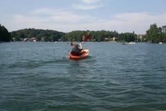 乘独木舟在湖在夏天 免版税库存图片