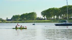 乘独木舟在湖的年轻人 股票视频