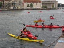 乘独木舟在运河在哥本哈根 免版税库存照片