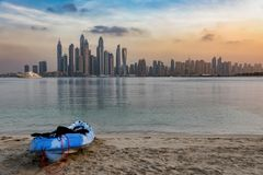 乘独木舟在迪拜小游艇船坞前面的海滩 免版税库存照片