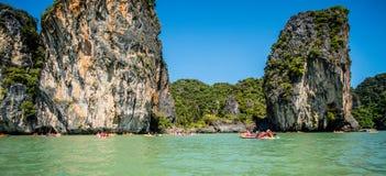 乘独木舟在酸值洪海岛 免版税库存照片
