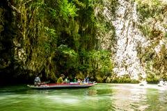 乘独木舟在酸值洪海岛 库存照片