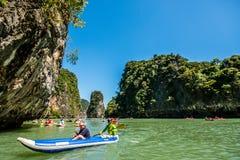 乘独木舟在酸值洪海岛 免版税库存图片