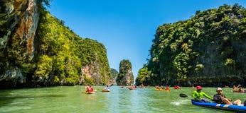 乘独木舟在酸值洪海岛 库存图片