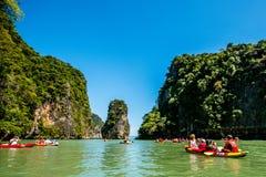 乘独木舟在酸值洪海岛 图库摄影