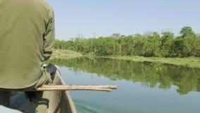 乘独木舟在雨林河在国家公园Chitwan,尼泊尔 股票录像