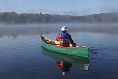 乘独木舟在Autumn湖 免版税库存照片
