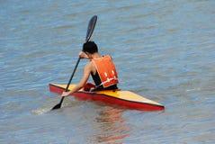 乘独木舟的人实践 免版税库存图片