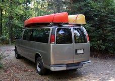 乘独木舟的有篷货车 免版税库存图片