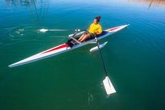 乘独木舟的赛船会障碍女孩 免版税库存图片