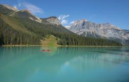 乘独木舟的鲜绿色湖, Yoho NP 图库摄影