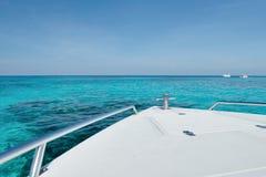 乘豪华速度小船旅行在美丽的蓝色海 库存图片