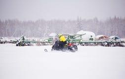 乘雪上电车一个的人 库存照片