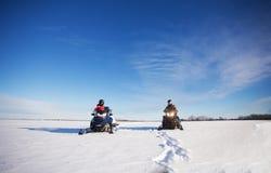 乘雪上电车的父亲和的女儿 图库摄影