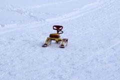 乘雪上电车雪撬并且获得乐趣 免版税图库摄影