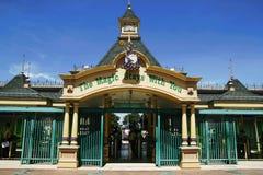 乘驾、站点和吸引力里面迷惑了王国 免版税库存照片