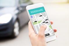 乘驾份额在智能手机屏幕上的出租汽车服务 免版税库存图片