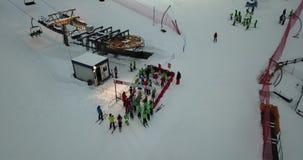 乘驾空滑车,在Monte Pora滑雪胜地的夜滑雪的滑雪者寄生虫鸟瞰图  影视素材