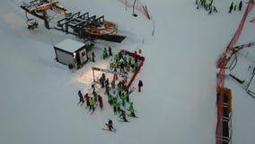 乘驾空滑车,在Monte Pora滑雪胜地的夜滑雪的滑雪者寄生虫鸟瞰图  股票录像